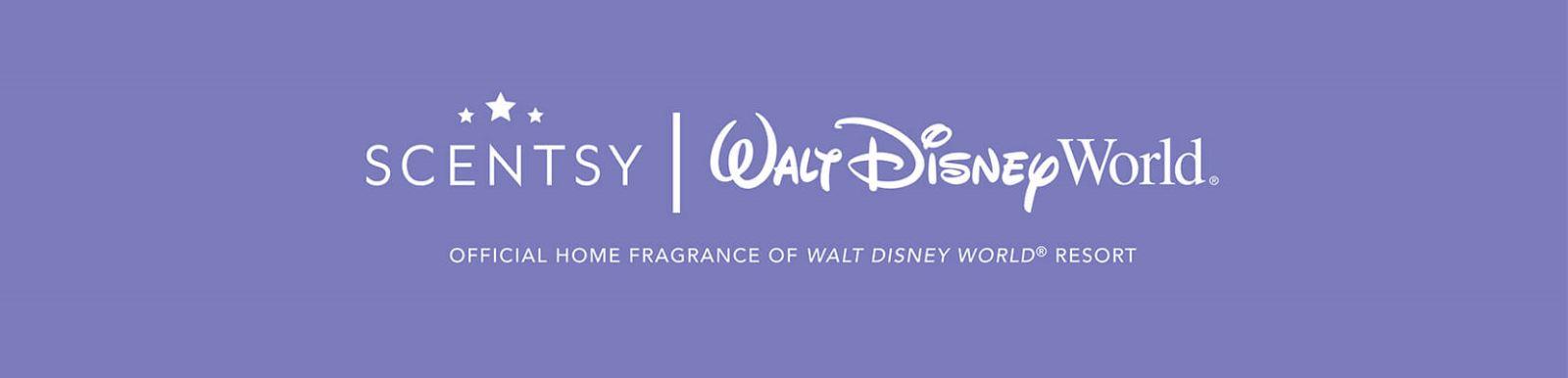 Una niña con una diadema de lentejuelas de Mickey Mouse parada en frente del icónico castillo de Cinderella en Walt Disney World Resort con un cielo azul despejado y un remolino de deslumbrante polvo de hadas. Scentsy se convertirá en la Fragancia para Interiores Oficial de Walt Disney World® Resort,